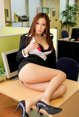 Julia_Tits_Out_At_Work_03