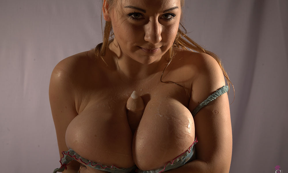 Samanta Lily tit fucking a squirting dildo with her big tits